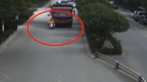 云南:惊险!身处大货车视线盲区 电动车被推行几十米