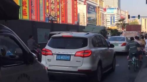 [HD][2019-11-03]今日一线:广州批发市场周边交通乱象调查 中大布匹市场:五类车左右穿插争道