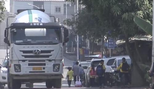 水泥罐车日夜运输 居民担心桥梁安全