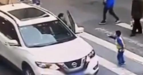 斑马线上母子被撞 男孩起身怒踹轿车