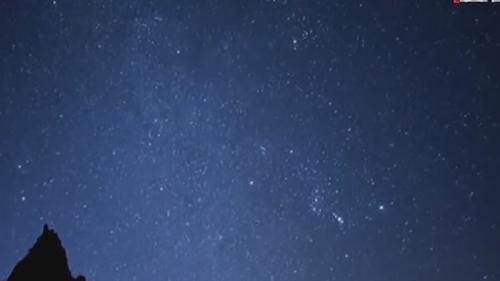 """双子座流星雨14日迎来极盛 每小时百余颗流星""""绽放""""夜空"""