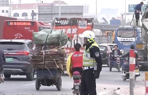广州:右转绿灯时间太短导致大塞车?记者实地调查