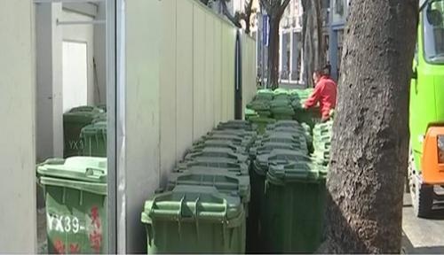 广州北京路:人行道被垃圾中转站占据 行人捂鼻绕行
