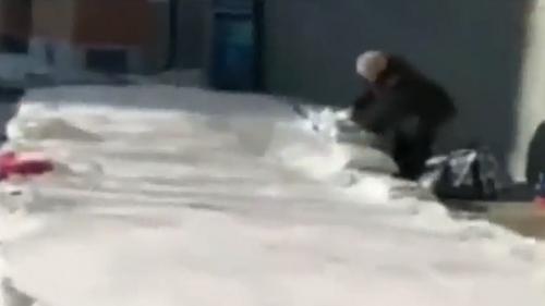 黑龙江 八旬老奶奶为孙子搭冰滑梯