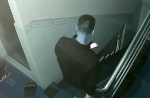 广州:女子被陌生男子尾随 差点进了屋