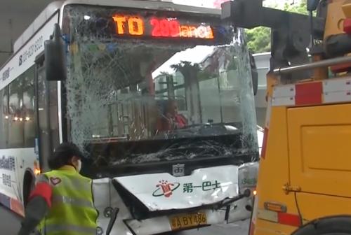 [HD][2020-01-10]今日关注:广州闹市三公交车追尾 多名乘客受伤