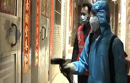 """一线党旗飘:广州市白云区 战""""疫""""党员父子兵 儿子忙消杀 父亲保后勤"""