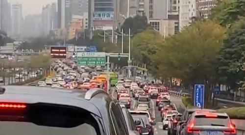 广州:早高峰塞车持续 市民反而高兴