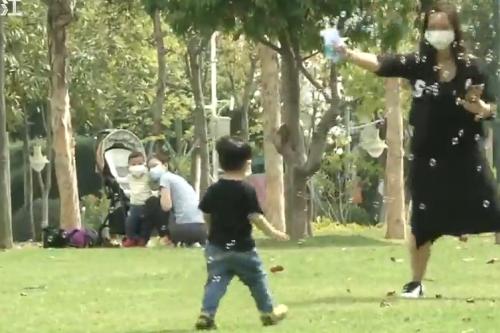 防疫不松懈:儿童公园游乐区封闭 市民防护意识强