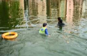 东莞厚街 小伙子跃身跳下鱼塘 辅警下塘救人