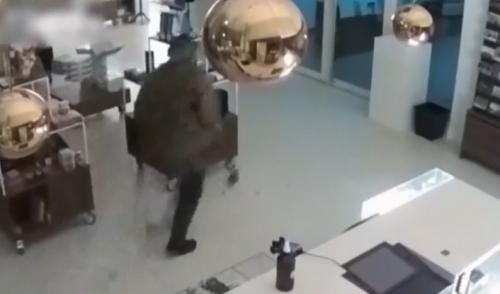 梵高名畫被盜視頻公布 盜賊用大錘破門而入