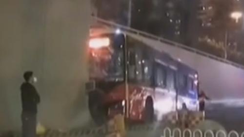 广州一公交车撞上珠江隧道口 13名乘客已送医