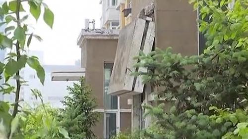 [2020-05-24]城事特搜:居民楼挡雨板折断