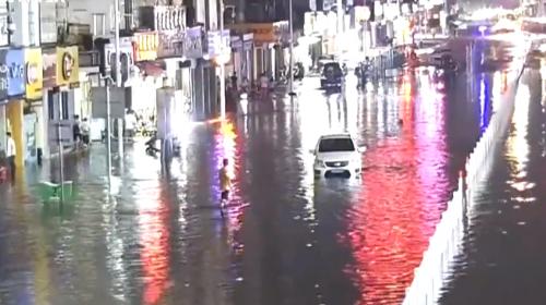 肇慶 晚高峰暴雨傾城 警員路面冒雨指揮