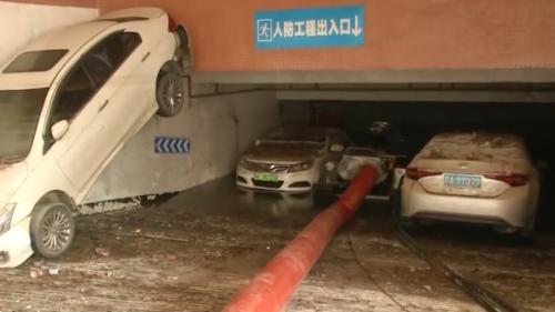 广州:车库积水没顶 抽水车连轴工作