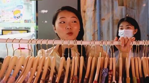 """广州发力""""夜经济"""" 记者体验夜市练摊:嘴甜宣传很重要"""