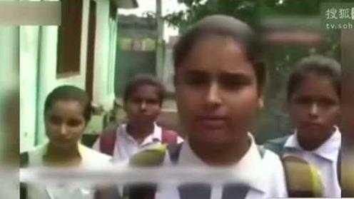 印度女学生暴打性骚扰者  警察微笑围观