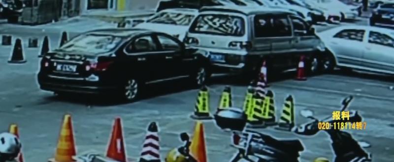"""珠海:""""睡驾""""司机连撞两车 车头冒白烟"""