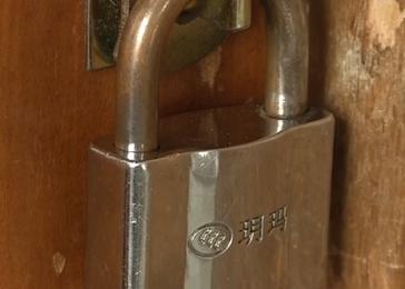 一把崭新的门锁 助警方破案