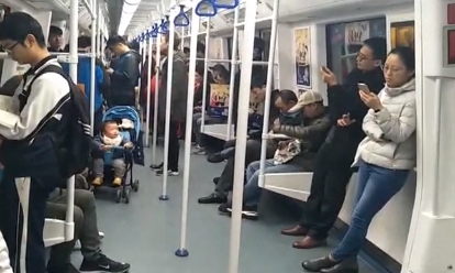 """深圳:坐地铁遇""""咸猪手"""" 女乘客勇敢发声"""