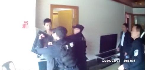 东莞:男子持刀袭警 警方上演教科书式执法