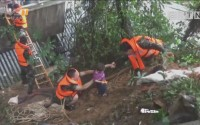 "[HD][2017-07-04]拍案看天下:幼儿园师生被积水围困 消防官兵铺设""救命梯"" 成功救援"