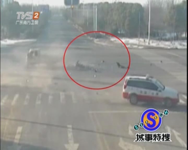 三轮车闯红灯  司机乘客被甩出