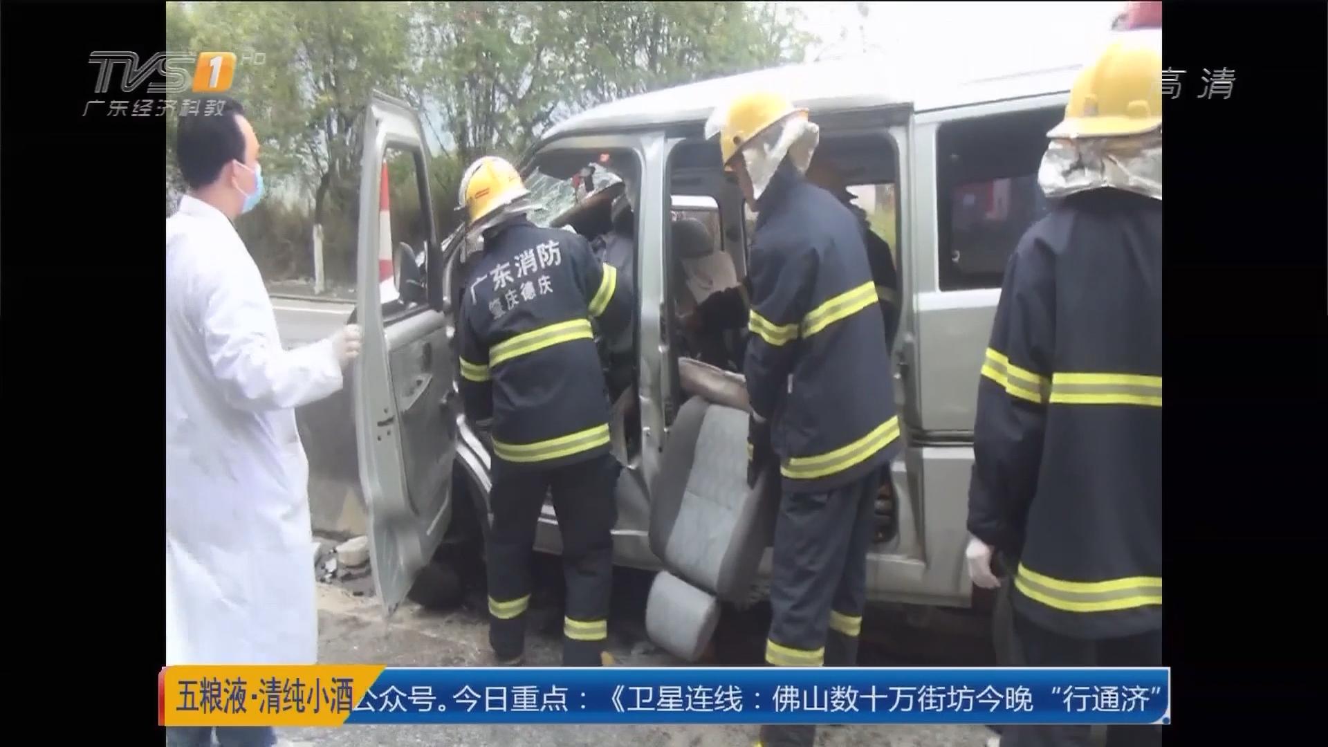 肇庆:面包车高速撞护栏 七人被困
