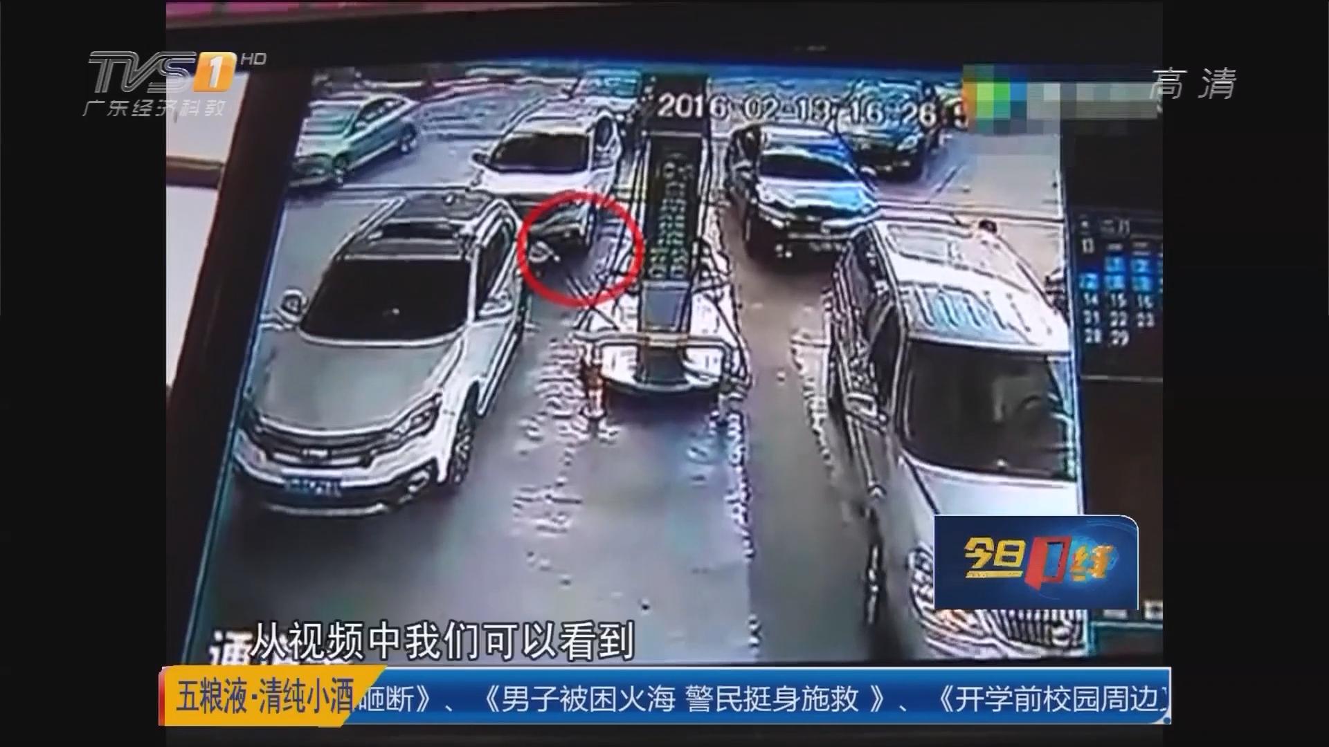 """梅州大埔:粗心司机""""连根拔起""""加油机"""