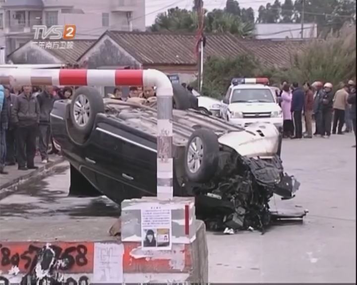 阳江龙湾桥底:小车凌晨堕入河 司机身亡