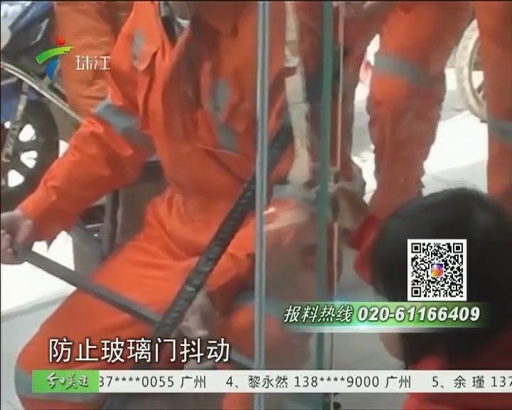 中山:父亲顾着取钱 女儿被玻璃门夹手