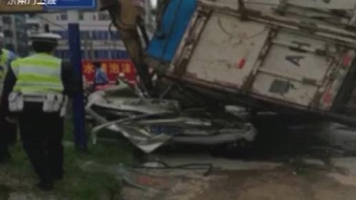 爆幸运:佛山一面包车被货车压扁 司机被救出时意识清醒