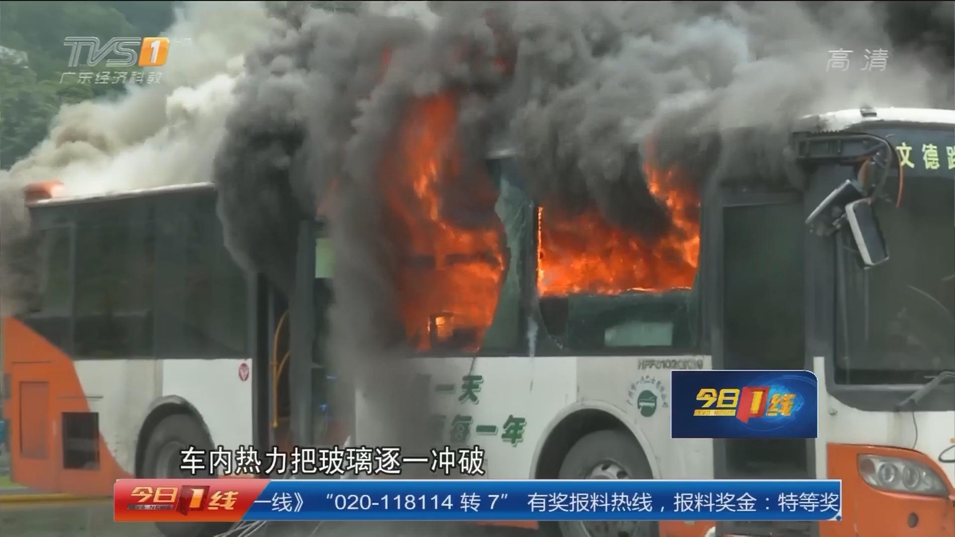公交车燃烧逃生实验:燃烧五分钟