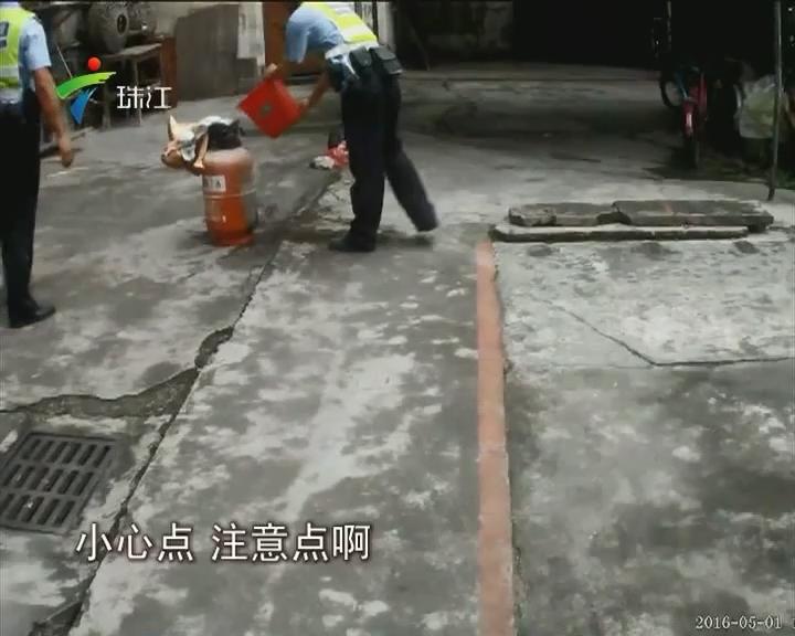 佛山:煤气罐起火 民警徒手排险