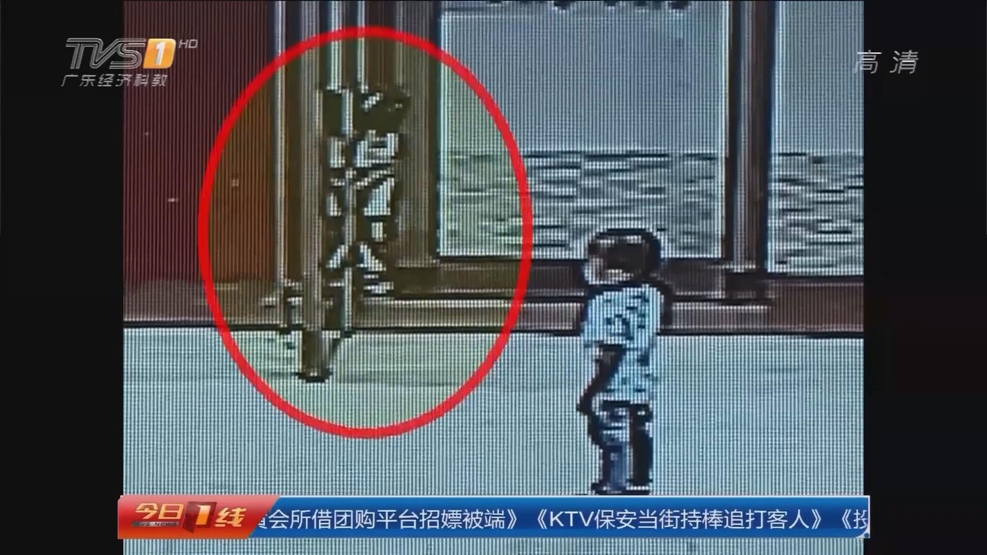 东莞:女童被夹门缝里 消防紧急救出