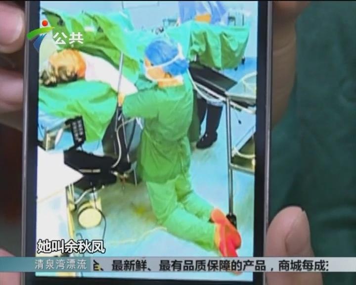 南海:女护士跪地半小时 托住老人腰部