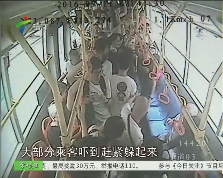 """广州:""""巴士老伯""""怒骂乘客 一言不合拔刀相向"""