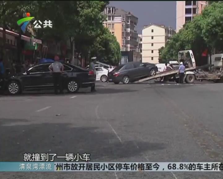 司机走神 公交车进站前连撞两车