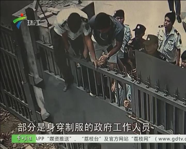"""增城:""""三旧""""改造合法性存疑 村民翻墙扣设备"""