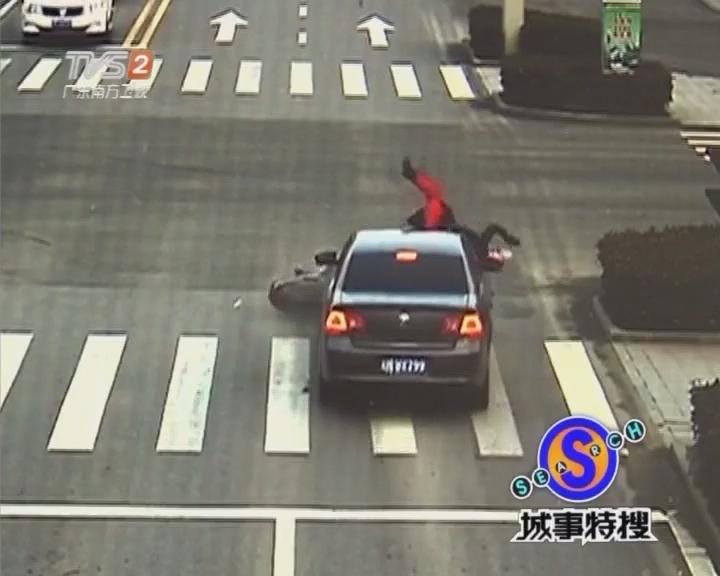 电动车闯红灯被撞飞 幸好头盔保命
