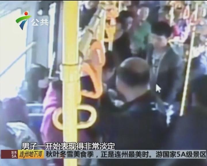 佛山:公交车上扒手行窃 司乘合力抓获现行