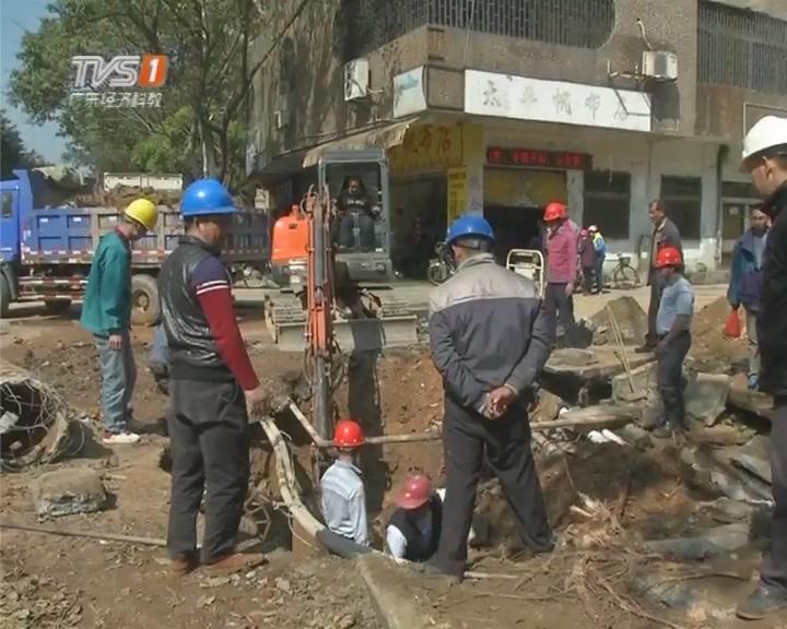 江门蓬江:水管老化爆裂 供水部门紧急抢修