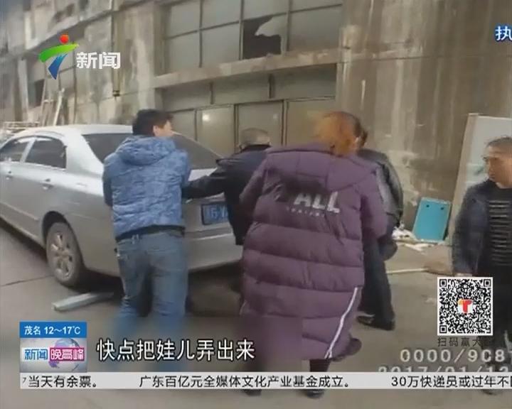 重庆:小车陡坡下滑 警民合力挡车救出小孩