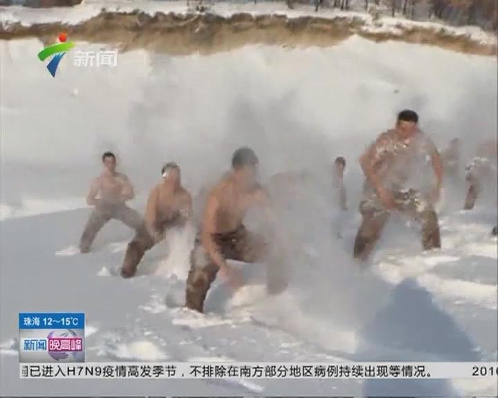 """黑龙江黑河:边防战士零下20℃赤膊""""雪浴"""""""