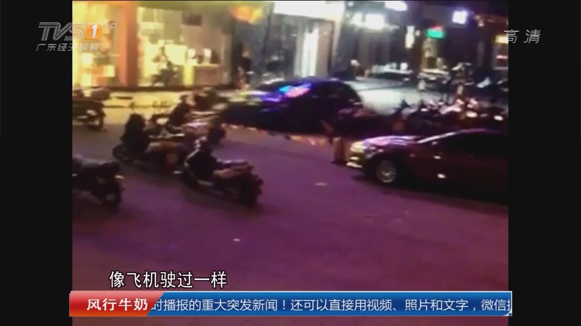 广州南沙:疯狂轿车冲上人行道 飞铲十多辆摩托