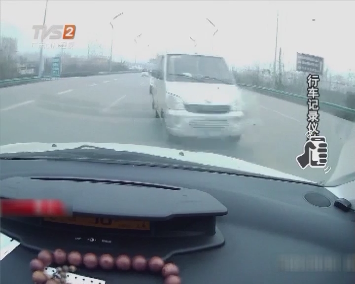 逆向行驶酿事故 气囊弹出吓坏人