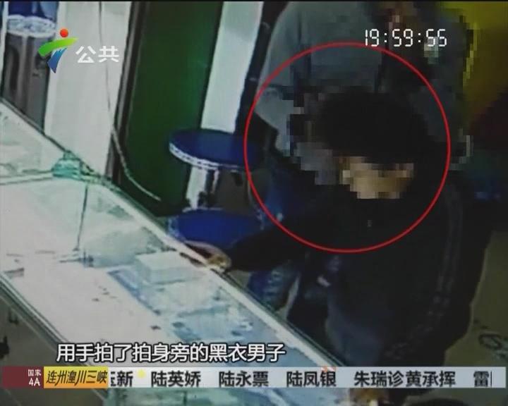 三男子手机店内抢手机 被警察逮个正着