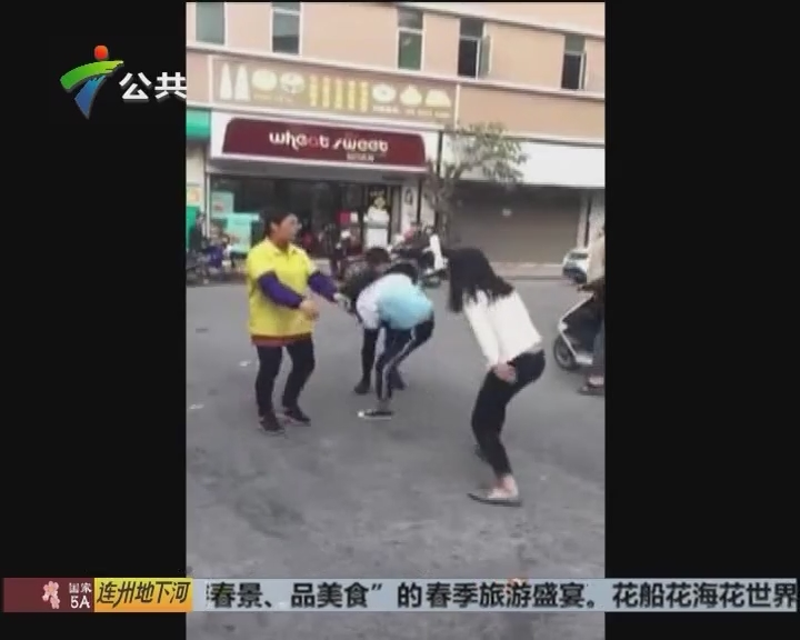 三女孩当街殴打一女学生 警方介入调查