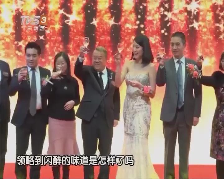 曾志伟现身宜昌与市民玩游戏 陈嘉桓低胸晒事业线