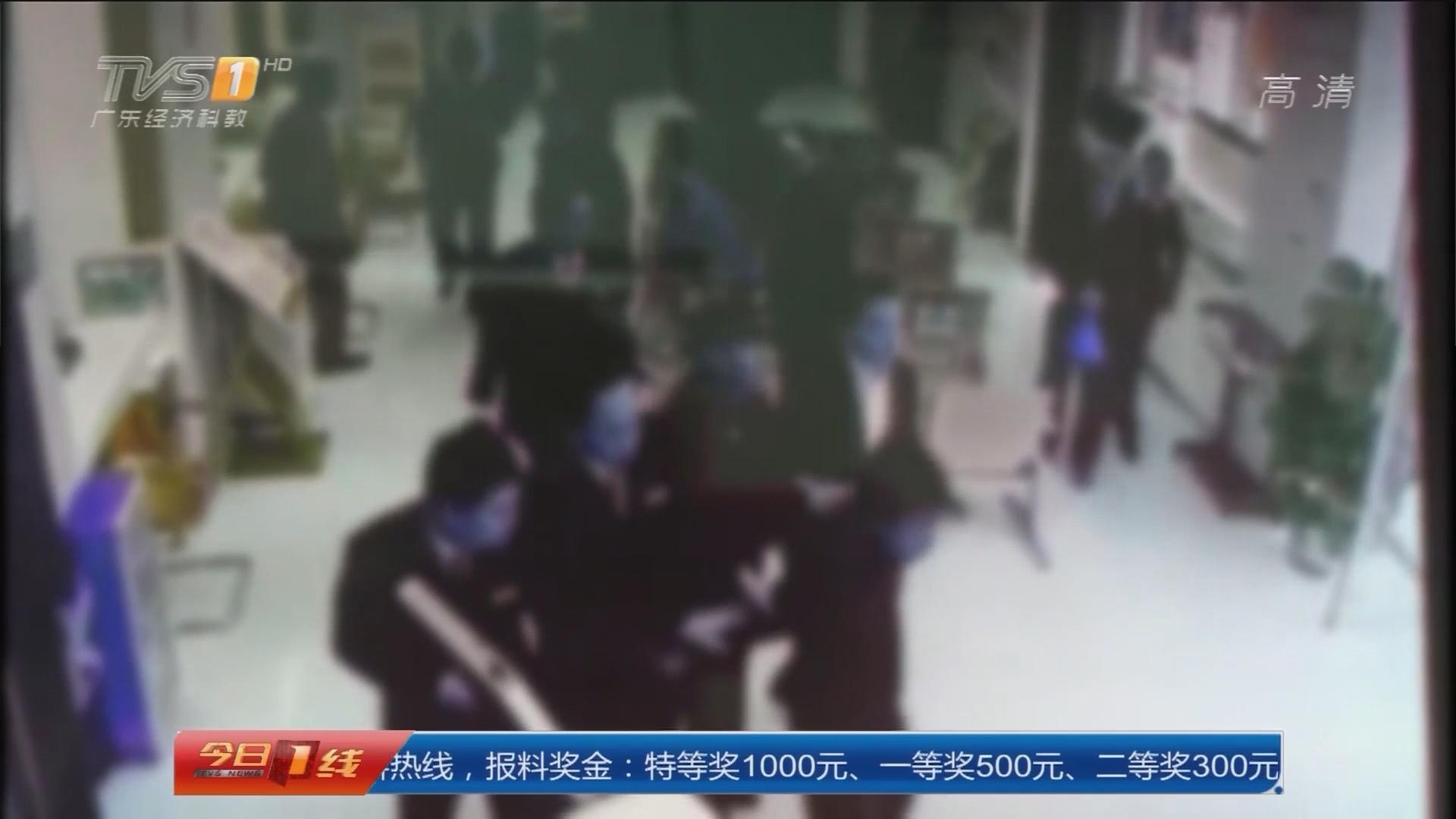 """广州增城:男子""""抢""""银行 五旬保安空手夺白刃"""